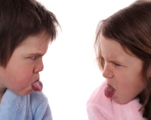 kids-argue-tongues